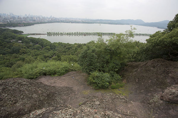 Foto van View of West Lake from one of the viewpoints on Baoshi mountainHangzhou - China