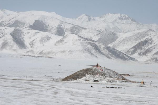 Snow covered mountains and hill with prayer flags seen from Batang sky burial site | Batang hemelbegrafenis | China