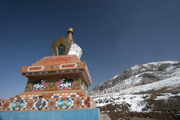 Stupa and snow covered mountain at Batang sky burial | Batang hemelbegrafenis | China