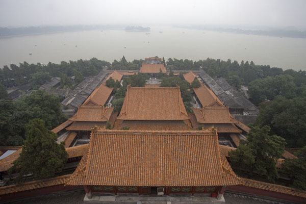 Foto de View towards Kunming Lake from the Tower of the Fragrance of Buddha with the Hall of Dispelling Clouds in the foreground - China - Asia