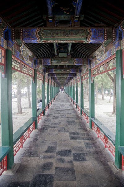 Foto di On the upper part of the Long Corridor, you can find colourful paintings depicting places and mythological tales from China - Cina - Asia