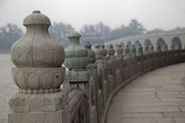 The walkway around South Lake Island with the Seventeen-Arch Bridge in the background北京 - 中国
