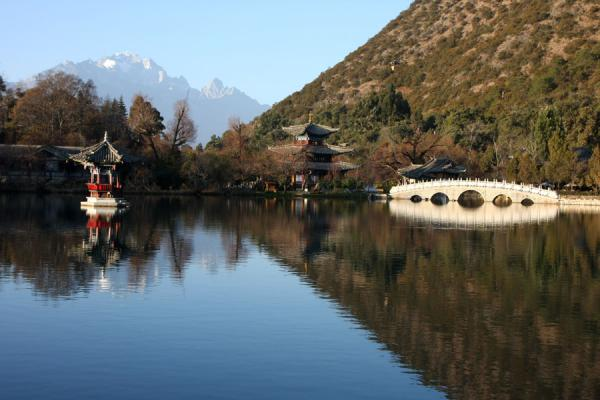 Foto van Jade Dragon Snow Mountain and marble bridge reflected in the Black Dragon PoolLijiang - China