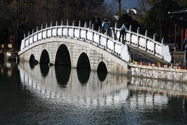 Foto van Marble bridge reflecting in Yuyuan or Jade SpringLijiang - China