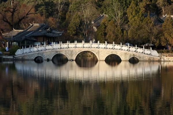 Foto van Late afternoon light on the marble bridge and the Black Dragon PoolLijiang - China