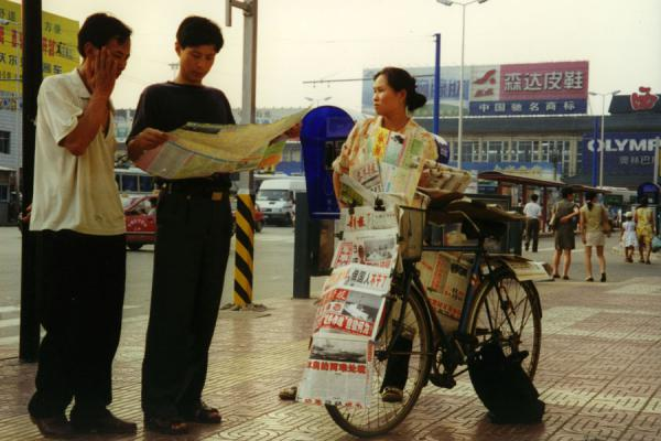 Selling newspapers using a bicycle | Bicicletas chinas | China