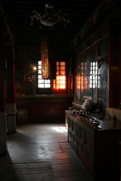 Afternoon light falling through the windows of Tsodzong monastery | Draksum-Tso | China