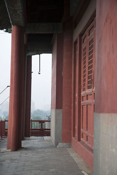 Foto van The gallery on the upper floor of the Drum Tower offers views of the surrouding hutongsBeijing - China