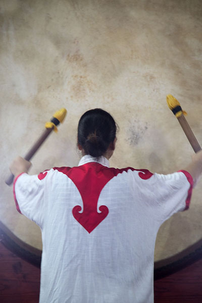 Foto di Performer drumming on one of the big drums in the Drum TowerPechino - Cina