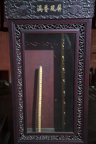 Measuring stick on display in a wooden case | Tour du Tambour | Chine