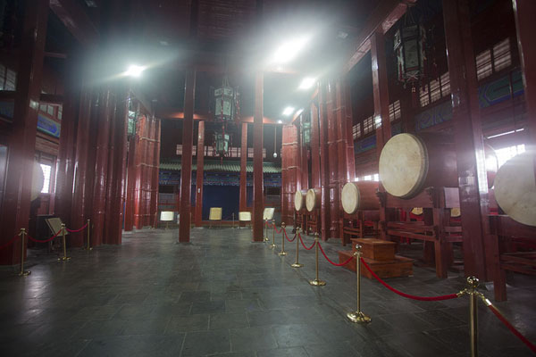 The main hall with a row of drums and other items on display | Drum tower | 中国