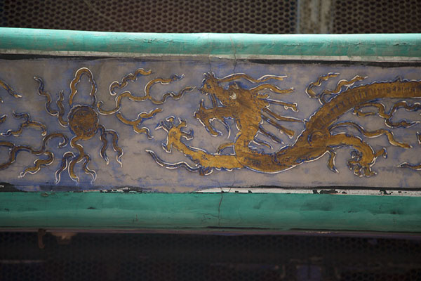 Foto di Close-up of a dragon painted on a wooden beam of the Drum TowerPechino - Cina