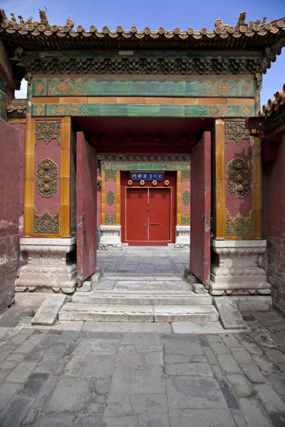 Decorated gates with red door in the Forbidden City | Forbidden City | 中国