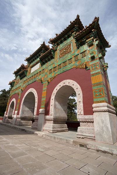 Foto di Entrance gate of the Temple of Brilliance in Fragrant Hills parkPechino - Cina