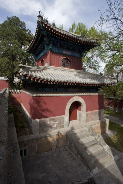 Looking down on a small building near the entrance gate to Biyun Temple | Fragrant Hills | 中国