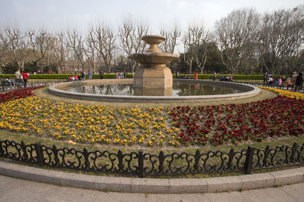 Foto de Flower-embellished fountain in Fuxing ParkParque Fuxing - China
