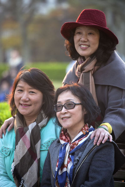 Ladies posing for a picture in Fuxing Park | Parc Fuxing | Chine