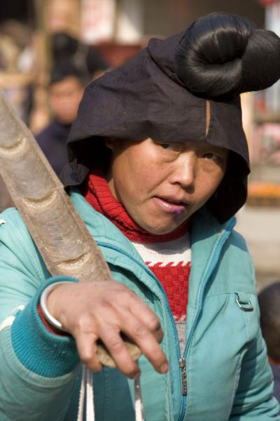 Picture of Gedong market (China): Woman with typical hairdo at Gedong market