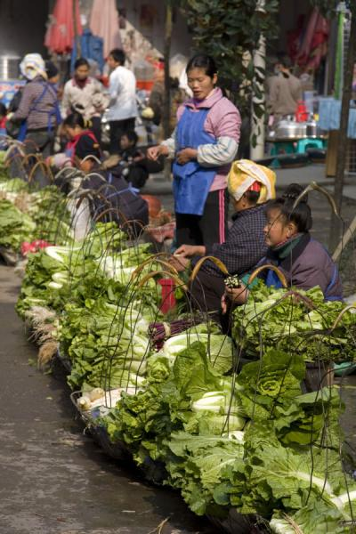 Market women selling vegetables at Gedong market - 中国