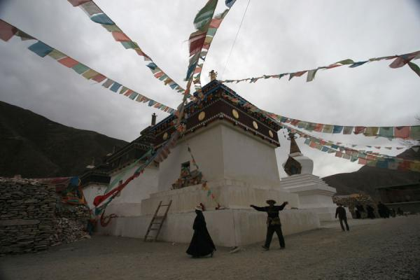 Foto di Cina (Tibetan pilgrims walking the kora of Gyanak Mani)