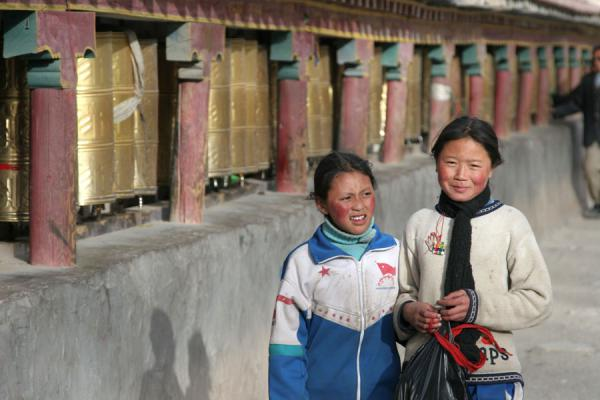 Sweet schoolgirls on their kora at Gyanak Mani | Gyanak Mani | China