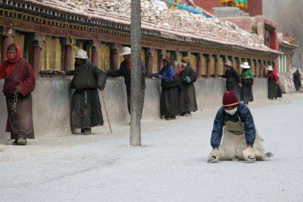 Prostrating pilgrim around the Gyanak Mani | Gyanak Mani | China