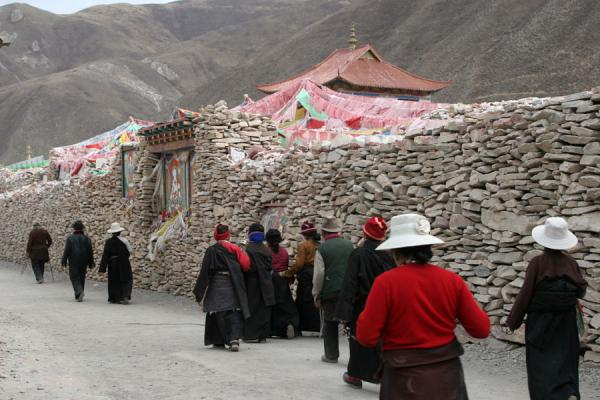 The Gyanak Mani kora: around enormous piles of prayer stones | Gyanak Mani | China