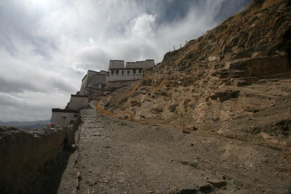 Road leading up to Gyantse fortress | Gyantse fortress | China