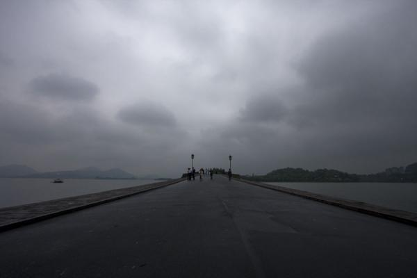 Foto de Causeway leading over the Broken Bridge on the Bai CausewayLago Occidental - China