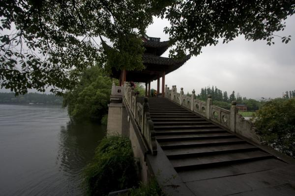 Foto de Bridge on the western side of the West LakeLago Occidental - China