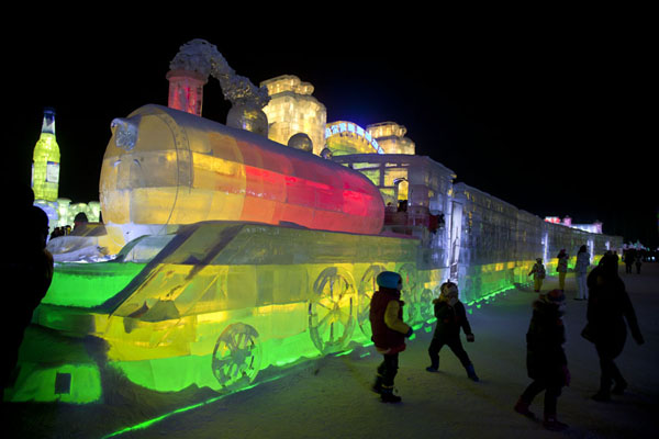 Foto van Train made of ice attracting kids who want to play in itHarbin - China
