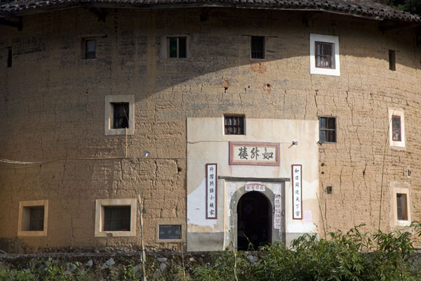 Foto de Frontal view of Rusheng Lou, the smallest circular tulou of the Hongkeng tulou clusterHongkeng - China
