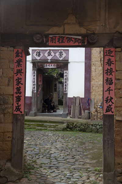 Foto de Doors leading up to a small tulouHongkeng - China