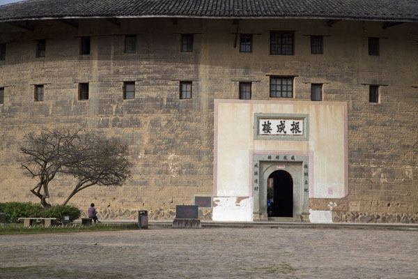 Foto de Frontal view of the largest tulou of the Hongkeng cluster: Zhencheng LouHongkeng - China