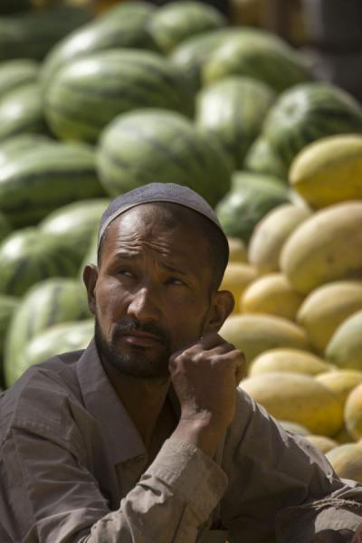 Foto de Melon man: Uyghur streetvendor at Hotan bazaarHotan - China