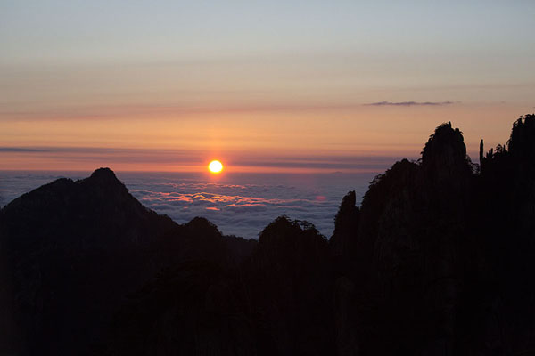 Foto di Sunrise over the peaks of the Yellow MountainsHuangshan - Cina