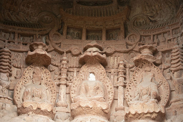Close-up of one of the niches with a delicately sculpted Buddhist scene | Falesia dei mille Buddha | Cina