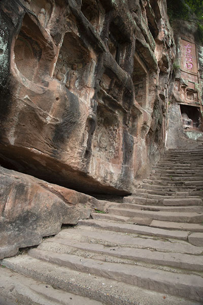 Foto van The cliffs with niches above the stairsJiajiang - China