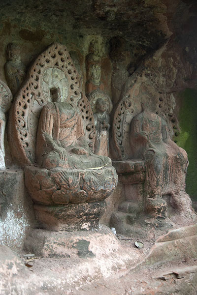 Moss-covered Buddhas statues in one of the separate niches | Acantilado mil Budas | China