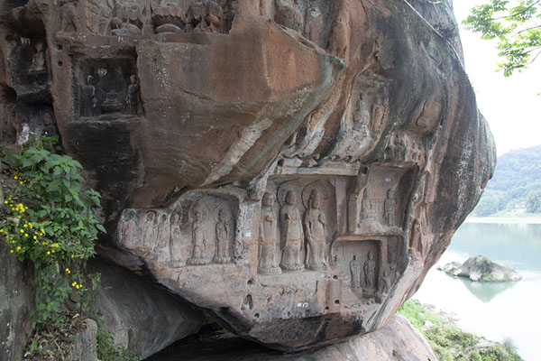 Boulder with several niches with Buddhas - 中国