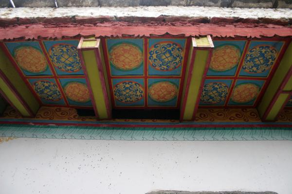 Richly decorated ceiling of Tibetan house in Jiaju village | Jiaju village tibetan | Chine
