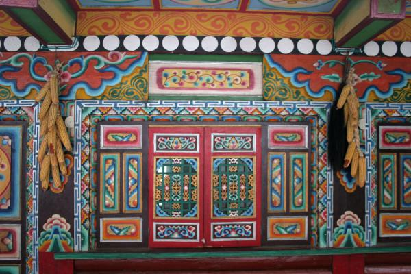 Colourful windows and panes of Tibetan house in Jiaju village | Jiaju village tibetan | Chine