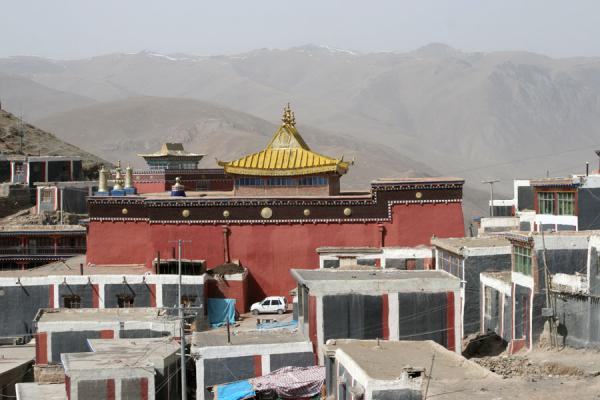 View over buildings and golden roof of Jyekundo Dondrubling | Dondrubling monastery | China