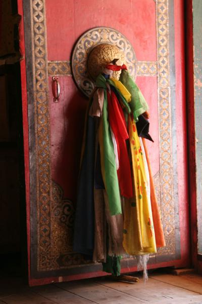 Light falling on door of temple in Jyekundo monastery | Dondrubling monastery | China