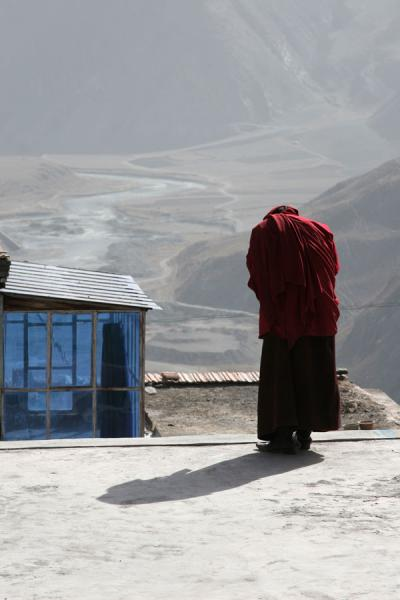 Monk bowing towards the Jyeku-chu valley below Jyekundo Dondrubling | Dondrubling monastery | China