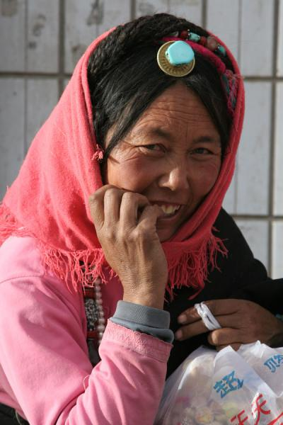 Picture of Tibetan woman with typical hair decoration in Jyekundo
