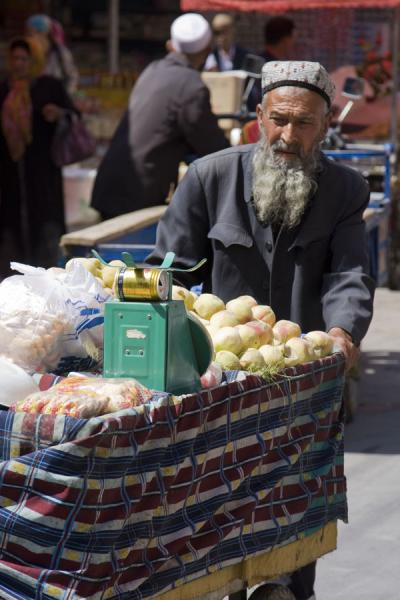 Man selling fruits at Kashgar bazaar | Bazar de Kachgar | Chine