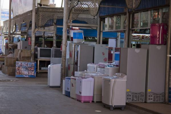 Selling kitchen appliances at Kashgar Bazaar | Bazar di Kashgar | Cina