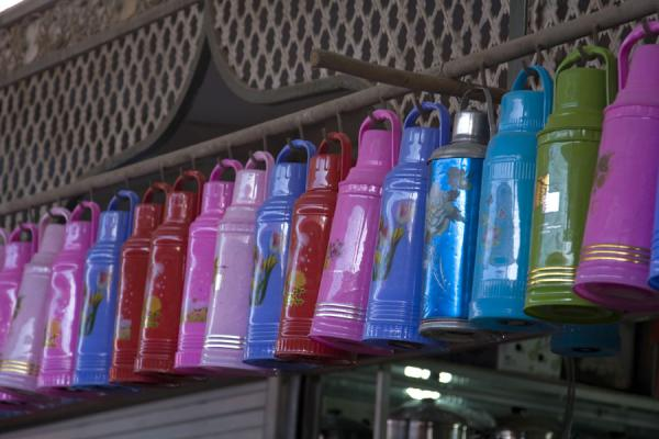 Flasks in bright colours for sale at Kashgar Bazaar | Bazar di Kashgar | Cina