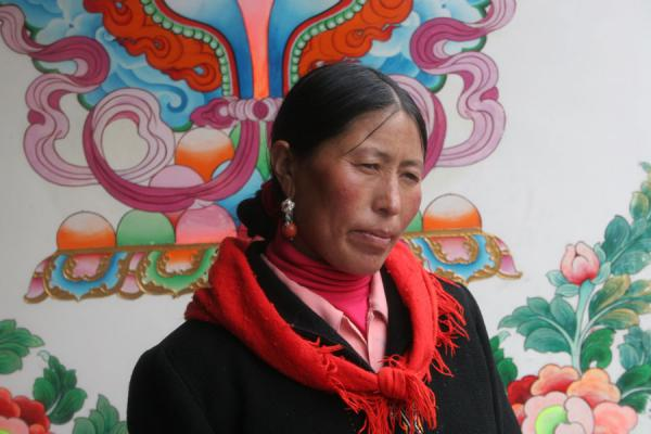 Picture of Khampa Tibetans (China): Khampa woman with decorated wall